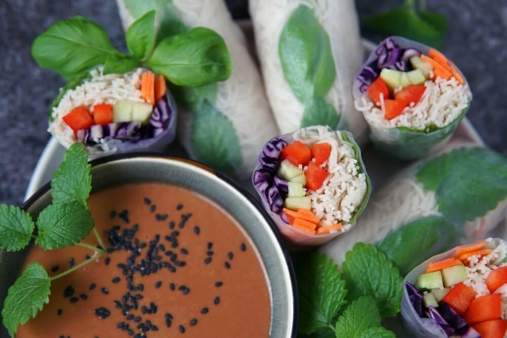 Vegane Somerrollen mit Erdnuss-Chili-Dip