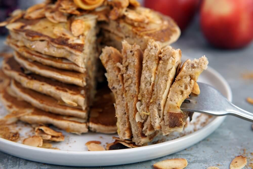 Apfelpfannkuchen mit karamellisierten Mandeln